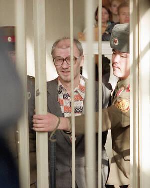 O Andrei Chikatilo, που έδρασε στη Ρωσία, μεγάλωσε πιστεύοντας ότι ο μεγαλύτερος αδελφός του απήχθη και δολοφονήθηκε από κανίβαλους. Κατά τη διάρκεια της ζωής του, ο Chikatilo -γνωστός και ως Χασάπης του Ροστόφ- δολοφόνησε 53 γυναίκες και παιδιά ενώ έτρωγ