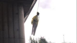 Σάλος στη Ρώμη: Κρέμασαν ομοίωμα της Γκρέτα Τούνμπερκ σε γέφυρα