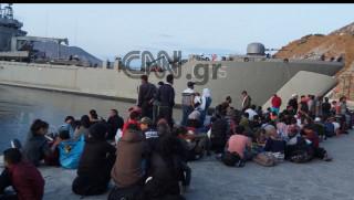 Στον Πειραιά πρόσφυγες και μετανάστες από τη Σύμη