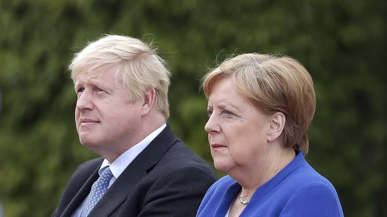 Επικοινωνία Τζόνσον – Μέρκελ: «Απίθανη» μια συμφωνία για το Brexit