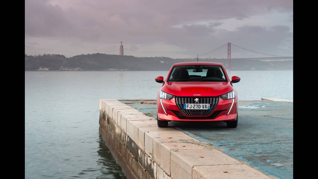 https://cdn.cnngreece.gr/media/news/2019/10/09/193299/photos/snapshot/PEUGEOT-208-16.jpg