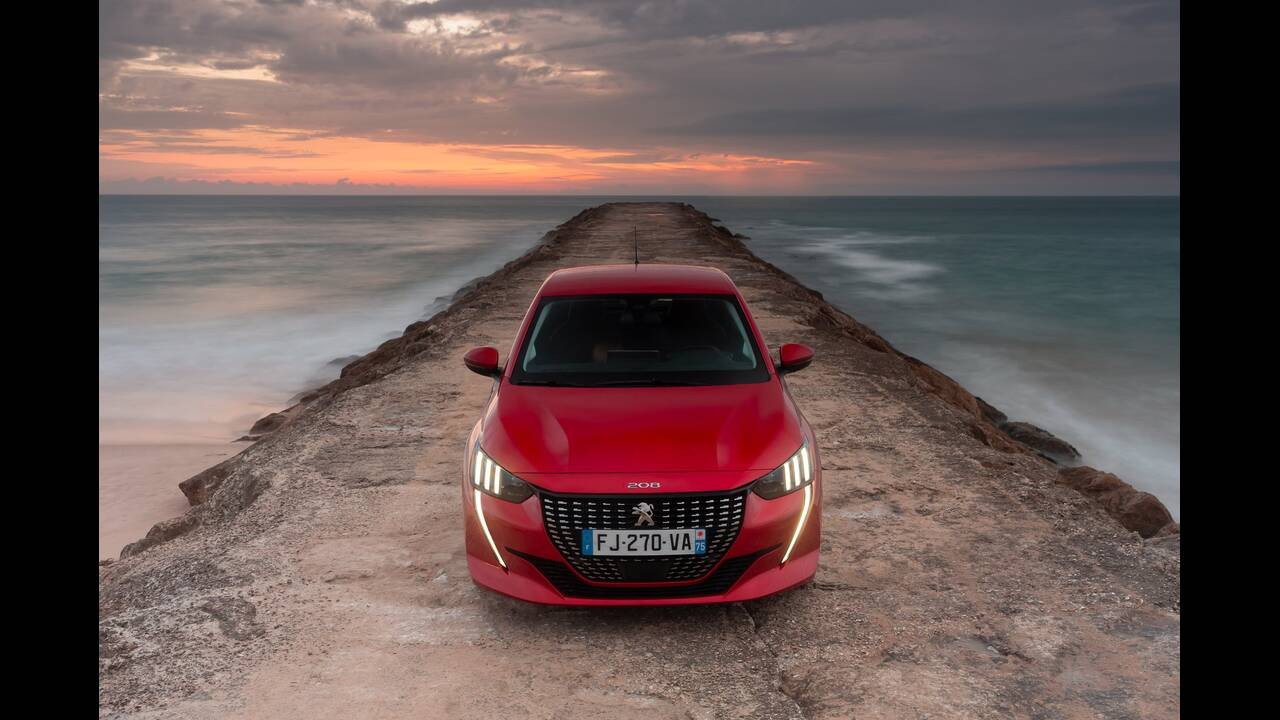 https://cdn.cnngreece.gr/media/news/2019/10/09/193299/photos/snapshot/PEUGEOT-208-2.jpg