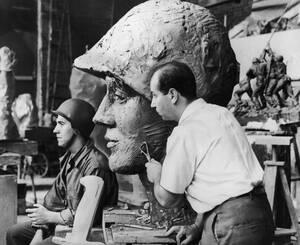 1954, Νέα Υόρκη. Στις 23 Φεβρουαρίου 1945, ο φωτογράφος του Associated Press Τζο Ρόζενταλ, τράβηξε την περίφημη φωτογραφία στην Ίβο Ζίμα, η οποία πήρε εμβληματικό στάτους. Ο Φελίζ ντε Βέλντεν, διάσημος γλύπτης που υπηρετούσε τότε στο ναυτικό, δημιούργησε