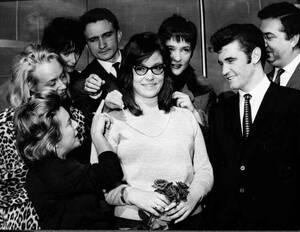 1961, Παρίσι. Η νεαρή Ελληνίδα τραγουδίστρια Νανά Μούσχουρη φτάνει στο Παρίσι, προκειμένου να τραγουδήσει σε ένα γκαλά προς τιμήν της βασίλισσας Φαράχ του Ιράν.