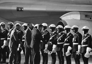 1969, Παρίσι. Οι αστροναύτες του Apollo 11, στο αεροδρόμιο Ορλί του Παρισιού. Από αριστερά, ο Έντουιν Όλντριν, ο Μάικλ Κόλινς και ο Νιλ Άρμστρονγκ. Οι αστροναύτες πραγματοποιούν περιοδεία στην Ευρώπη, μετά την επιτυχή προσελήνωσή τους, την πρώτη στην ιστο