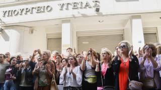 Διαμαρτυρία για το αυτοδιοίκητο του ΚΕΘΕΑ έξω από το υπουργείο Υγείας