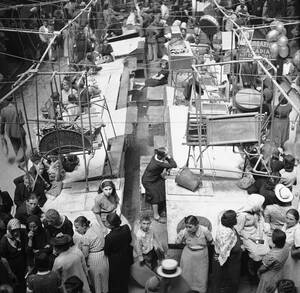1941, Αθήνα. Η φωτογραφία βγήκε λαθραία από την Ελλάδα και δείχνει την κεντρική ψαραγορά της Αθήνας με τα ράφια εντελώς άδεια από εμπορεύματα, καθώς τα γερμανικά στρατεύματα κατοχής επιτάσσουν τα πάντα.