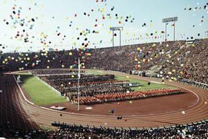 1964, Τόκιο. Η τελετή έναρξης των θερινών Ολυμπιακών Αγώνων του Τόκιο, στην Ιαπωνία.