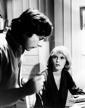 """1967, Χόλιγουντ. Ο σκηνοθέτης Ρόμαν Πολάνσκι δίνει οδηγίες στη Μία Φάροου, στα γυρίσματα της ταινίας """"Το μωρό της Ρόζμαρι""""."""