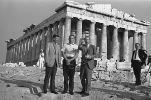 1970, Αθήνα. Οι τρεις αστροναύτες του Apollo 13 έχουν ένα λόγο παραπάνω να χαμογελούν μπροστά από την Ακρόπολη. Βρίσκονται στη χώρα του θεού Απόλλωνα, από τον οποίο πήρε το όνομά του το διαστημόπλοιό τους. Ο Τζέιμς Λοβέλ, ο Τζον Σουίγκερτ και ο Φρεντ Χάισ