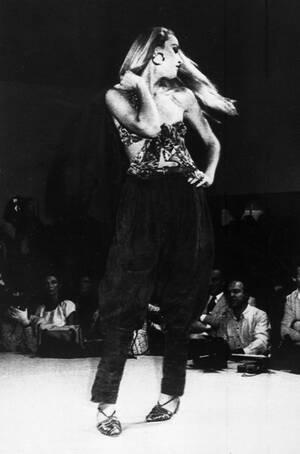 1980, Μιλάνο. Το κορυφαίο μοντέλο της Αμερικής, Τζέρι Χολ, σε επίδειξη μόδας του Τζιάνι Βερσάτσε.