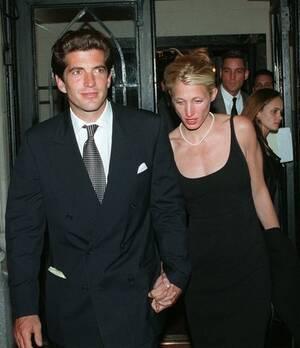 1996, Νέα Υόρκη. Ο Τζον Φ. Κένεντι τζούνιορ με τη σύζυγό του Καρολίν Κένεντι, βγαίνουν πιασμένοι χέρι χέρι από μια οικογενειακή συγκέντρωση.