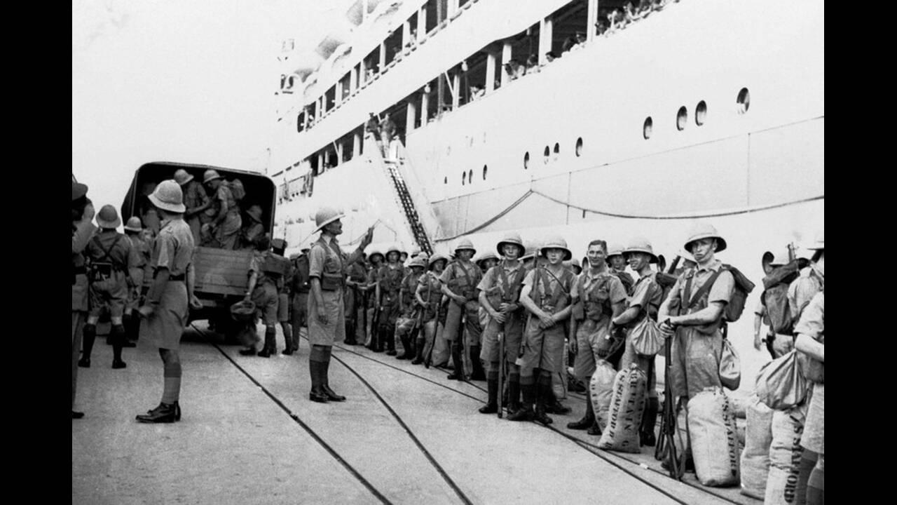 1938, Χάιφα. Βρετανοί στρατιώτες αποβιβάζονται στο λιμάνι της Χάιφα, στην Παλαιστίνη, για να αντιμετωπίσουν την αραβική εξέγερση. Μετά από μήνες επιθέσεων, τρομοκρατίας και την απώλεια πολλών εκατομμυρίων, η Βρετανία αποφάσισε να δώσει ένα τέλος στην ανατ