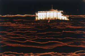 1992, Ουάσινγκτον. Χιλιάδες άνθρωποι, κρατώντας κεριά, περνούν μπροστά από το Λευκό Οίκο στην Ουάσινγκτον, τιμώντας τη μνήμη των ανθρώπων που πέθαναν από AIDS.