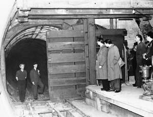1939, Λονδίνο. Αφού είδαν τις ζημιές που έκαναν στο υπόγειο σιδηροδρομικό σύστημα στην Πολωνία οι γερμανικές βόμβες, οι Βρετανοί αποφάσισαν να ενισχύσουν τον υπόγειο του Λονδίνου με ειδικές σιδερένιες πόρτες, οι οποίες θα προστατεύσουν τα τούνελ από ενδεχ