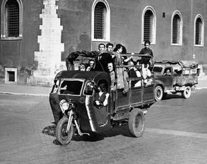1945, Ρώμη. Οι κάτοικοι της Ρώμης έχουν πολλά προβλήματα μετά το τέλος του πολέμου και ένα από αυτά είναι η μετακίνησή τους ανάμεσα στους περίφημους επτά λόφους της πόλης. Οι Γερμανοί έχουν επιτάξει όλα τα λεωφορεία και οι σύμμαχοι όλα τα ταξί και τα ιδιω