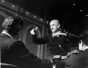 1955, Νέα Υόρκη. Ο Έλληνας μαέστρος, πιανίστας και συνθέτης Δημήτρης Μητρόπουλος, κατά τη διάρκεια πρόβας με τη Φιλαρμονική της Νέας Υόρκης. Ο Μητρόπουλος ήταν μαέστρος της Φιλαρμονικής από το 1951 ως το 1957.