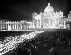1962, Βατικανό. Δεκάδες χιλιάδες άνθρωποι κρατούν πυρσούς και περιμένουν την εμφάνιση του πάπα Ιωάννη του 23ου, ο οποίος θα βγει στο μπαλκόνι για να τους ευλογήσει.
