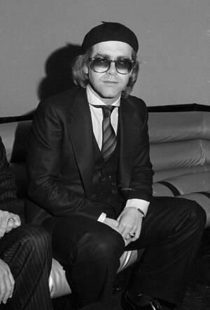 1977, Νέα Υόρκη. Ο Βρετανός τραγουδιστής Έλτον Τζον στο κλαμπ Studio 54.