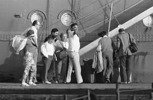 1985, Πορτ Σάιντ. Οι τελευταίοι έξι Αμερικανοί όμηροι αποβιβάζονται από το ιταλικό κρουαζιερόπλοιο Ακίλε Λάουρο, στο λιμάνι του Πορτ Σάιντ της Αιγύπτου. Πέντε μέρες νωρίτερα, το πλοίο είχε πέσει στα χέρια ένοπλων Αράβων που το κατέλαβαν.