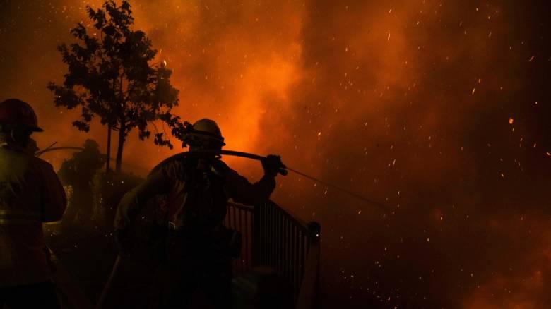 Πύρινη κόλαση στην Καλιφόρνια: Στις φλόγες κατοικημένη περιοχή του Λος Άντζελες