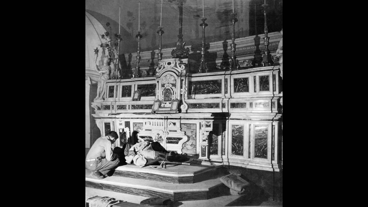 1943, έξω από τη Νάπολη. Ένας Αμερικανός στρατιώτης, σοβαρά τραυματισμένος, είναι ξαπλωμένος μπροστά στο ιερό μιας εκκλησίας. Δεν βρίσκεται εκεί για θρησκευτικούς λόγους. Είναι απλώς το καθαρότερο μέρος το οποίο οι Αμερικανοί μπορούσαν να μετατρέψουν σε α