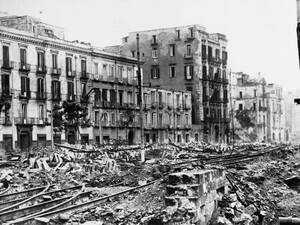 1943, Νάπολη. Οι Ναζί έχουν φύγει από τη Νάπολη, αλλά φρόντισαν να αφήσουν πίσω τους ένα σωρό από ερείπια.