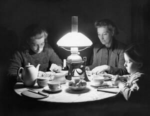1948, Δυτικό Βερολίνο. Μια γερμανική οικογένεια στο δυτικό τομέα του Βερολίνου, τρώει στο φως μιας λάμπας κηροζίνης. Μετά το ρωσικό αποκλεισμό, οι κάτοικοι του Δυτικού Βερολίνου έχουν ηλεκτρικό ρεύμα μόνο λίγες ώρες την ημέρα.