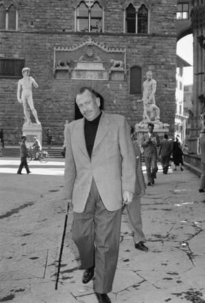 1954, Φλορεντία. Ο διάσημος συγγραφέας Τζον Στάινμπεργκ, στη Φλορεντια με φόντο τα αγάλματα του Δαυίδ (Μικελάντζελο) και του Ηρακλή (Τζοβάνι Μπολόνια). Ο Στάινμπεργκ περιδεύει στις ιταλικές πόλεις.