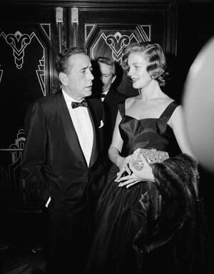 """1955, Χόλιγουντ. Ο Χάμφρεϊ Μπόγκαρτ και η σύζυγός του, Λορίν Μπακόλ, στην πρεμιέρα της ταινίας """"The Desperate Hours"""", στην οποία πρωταγωνιστεί ο πρώτος."""