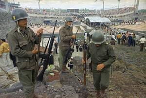 1968, Μέξικο Σίτι. Στρατιώτες σε πρώτο πλάνο, στην τελετή έναρξης των θερινών Ολυμπιακών Αγώνων του Μέξικο Σίτι.