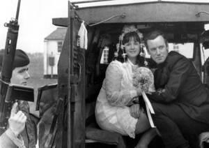 1969, Μπελφάστ. Ένα νεόνυμφο ζευγάρι κάθεται στην καρίτσα ενός φορτηγού. Βρετανοί στρατιώτες, σε μπλόκο, τούς σταμάτησαν και τους ελέγχουν.