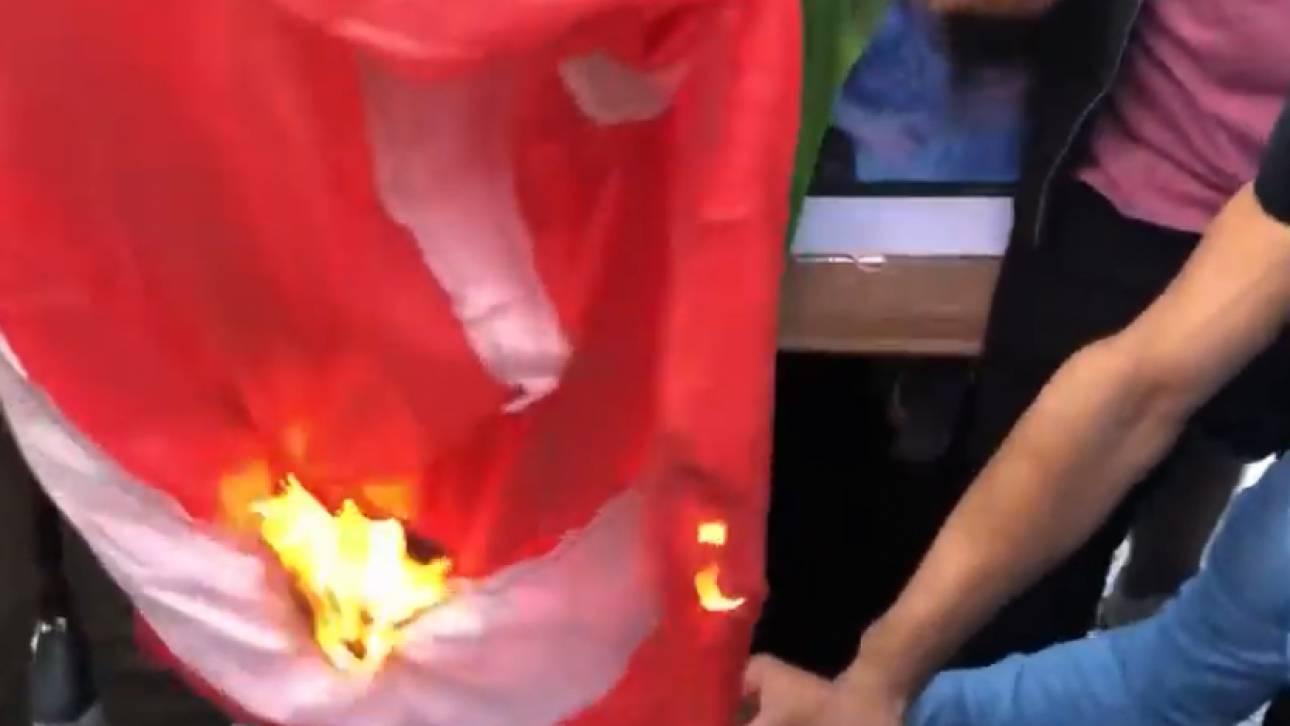 Διαδήλωση Κούρδων στη Θεσσαλονίκη: Έκαψαν την τουρκική σημαία - CNN.gr