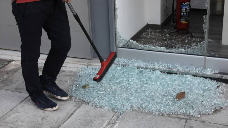 Θεσσαλονίκη: Κουκουλοφόροι προκάλεσαν ζημιές σε τράπεζες
