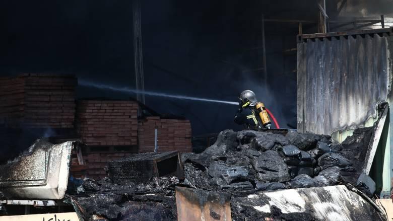 Υπό έλεγχο η φωτιά σε κατάστημα στο Κορωπί