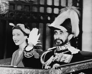 """1954, Λονδίνο. Ο """"Λέων της Ιουδαίας"""", Αυτοκράτορας της Αιθιοπίας Χαϊλέ Σελασιέ και η βασίλισσα της Βρετανίας Ελισάβετ η 2η, έξω από το παλάτι του Μπάκιγχαμ. Ο Σελασιέ είναι στη Βρετανία για τριήμερη επίσκεψη. Τελευταία φορά που είχε βρεθεί ξανά εδώ ήταν ω"""