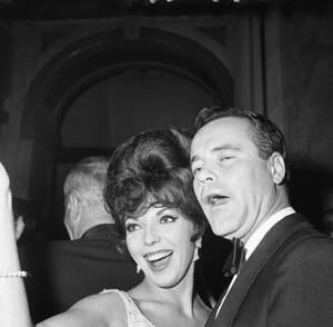 """1961, Ρώμη. Η Βρετανίδα ηθοποιός Τζόαν κόλινς χορεύει με τον Αμερικανό ηθοποιό Τζακ λέμον, στο πάρτι που έδωσε η Ελίζαμπεθ Τέιλορ προς τιμή του Κερκ Ντάγκλας για τον ένα χρόνο από την πρώτη προβολή της ταινίας """"Σπάρτακος""""."""