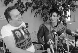 1983, Μπελ Ερ. Ο εκδότης του περιοδικού Hustler, Λάρι Φλιντ και η σύζυγός του, Άνθια, σε συνέντευξη Τύπου στο σπίτι τους στο Μπελ Ερ της Καλιφόρνια. Στη συνέντευξη, ο Φλιντ ανακοίνωσε την πρόθεσή του να κατέβει ως υποψήφιος στις προεδρικές εκλογές της επό