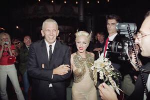 1994, Παρίσι. Η Μαντόνα και ο Ζαν Πολ Γκοτιέ, στο τέλος της επίδειξης του δεύτερου για τη συλλογή του Άνοιξη/Καλοκαίρι 1995, στο Παρίσι.