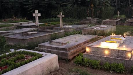 Ινδία: Νεογέννητο βρέφος εντοπίστηκε ζωντανό σε τάφο