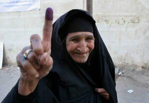 2005, Βαγδάτη. Η ηλικιωμένη Ιρακινή δείχνει το μελάνι στο δάχτυό της, που σημαίνει ότι ψήφισε στο δημοψήφισμα που διεξήχθη στην πολύπαθη χώρα, προκειμένου να αποκτήσει Σύνταγμα. Μετά την αποπομπή του Σαντάμ Χουσεΐν, είναι διαιρεμένη ανάμεσα σε Σιίτες, Σου