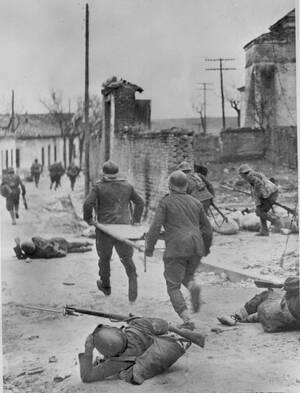 1937, Μαδρίτη. Νοσοκόμοι τρέχουν με φορεία προς τραυματισμένους αντάρτες, κατά τη διάρκεια του ισπανικού εμφυλίου πολέμου, στα προάστεια της Μαδρίτης.
