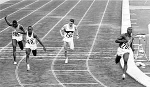 1964, Τόκιο. Ο τερματισμός στην κούρσα των 100 μέτρων στους Ολυμπιακούς Αγώνες του Τόκιο: Από αριστερά: Γκαούσου Κόνε, από την Ακτή του Ελεφαντοστού (6ος), Ενρίκε Φιγκερόλα, από την Κούβα (2ος), Χάινζ Σούμαν από τη Γερμανία (5ος) και Μπομπ Χέιζ, από τις Η
