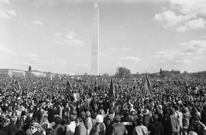 1969, Ουάσινγκτον. Εκατομμύρια κόσμου, σε όλες τις ΗΠΑ, βγήκαν στους δρόμους διαδηλώνοντας και ζητώντας να τελειώσει ο πόλεμος στο Βιετνάμ.