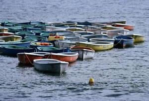 1979, Ιαπωνία. Ο Αμερικανός κολυμβητής Τζακ Λαλέιν, γιορτάζει τα 65α του γενέθλια τραβώντας 65 βάρκες για ενάμιση χιλιόμετρο, στη λίμνη Ασινόκο, νότια του Τόκιο. Οι βάρκες είναι φορτωμένες με ξύλα...