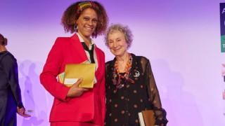 Σε δύο σπουδαίες γυναίκες το λογοτεχνικό βραβείο Booker - Σε μία φεμινίστρια και πρώτη φορά σε μαύρη