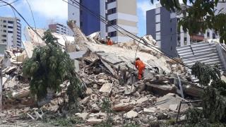 Βραζιλία: Κατέρρευσε πολυκατοικία - Τουλάχιστον ένας νεκρός (vids)