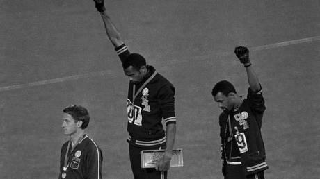 Πριν 51 χρόνια δύο Αφροαμερικανοί Ολυμπιονίκες έδωσαν «γροθιά» στην ανισότητα