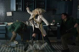 Σαρλίζ Θερόν Η Σαρλίζ Θερόν δεν διστάζει να «τσαλακώσει» τον εαυτό της. Το έκανε για την ταινία «Monster», που της έδωσε ένα Όσκαρ, αλλά και για την ταινία «Atomic Blonde», του 2017, στην οποία επέμενε να μην αντικατασταθεί ακόμα και στις πιο επικίνδυνες