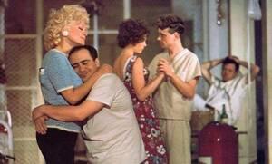 Ντάνι Ντε Βίτο Όλο το καστ της ταινίας του 1975 «One Flew Over the Cuckoo's Nest», έμεινε σε ψυχιατρική κλινική για ένα διάστημα για να προετοιμαστεί για την ταινία. Ο Ντε Βίτο έφτασε στο σημείο να εφεύρει έναν φανταστικό φίλο που στο τέλος πίστεψε ότι ή